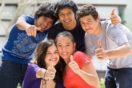 schulgeb�ude: Multi-ethnische Jugendliche au�erhalb der Schule darstellen Geb�ude