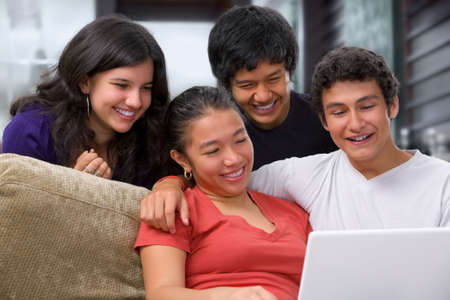 Adolescentes viendo algo interesante en la computadora portátil en casa. Foto de archivo - 4965168