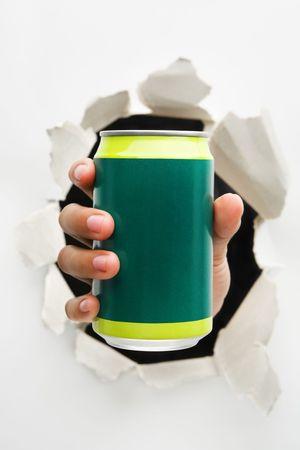 cola canette: Une main tenant un vert peut signifier perc�e dans la boisson de l'innovation - l'une des s�ries perc�e