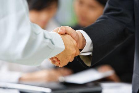 Apretón de manos entre el empleado y el jefe para ilustrar que está siendo aceptado en el equipo de Foto de archivo