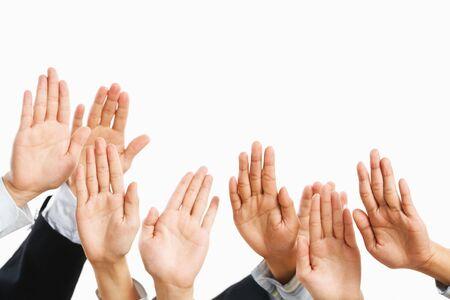 bid: Pueblo levanta la mano para ser recogidos o para pujar en la subasta Foto de archivo
