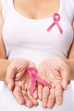pechos: Mujer mostrando cinta rosa para apoyar la causa de c�ncer de mama. PS: se puede cambiar el color de la cinta roja para apoyar la causa del SIDA Foto de archivo