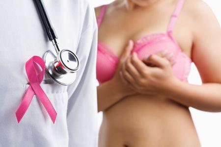senos: M�dico con el distintivo color rosa y una mujer en corpi�o rosa en el fondo, un aconcept para el c�ncer de mama