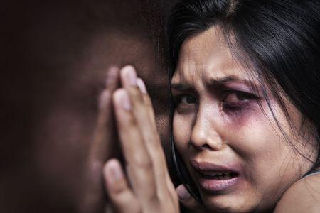 violencia intrafamiliar: Mujer lesionada aterrorizada, apoy�ndose en la pared de madera. Concepto de violencia en el hogar  Foto de archivo