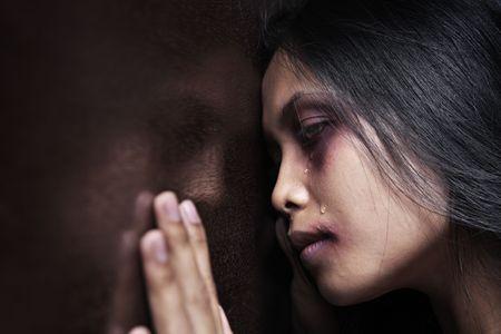 violencia: Mujer lesionada inclinado por desgracia en pared de madera, concepto para la violencia dom�stica  Foto de archivo