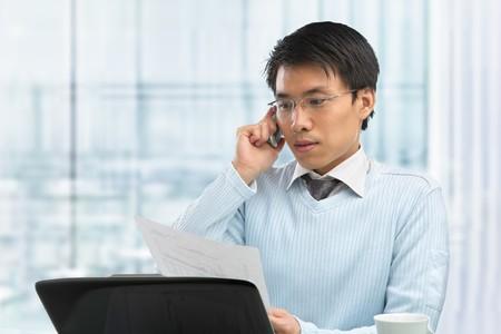 laptop asian: Young China hombres trabajan en la Oficina con port�til  Foto de archivo