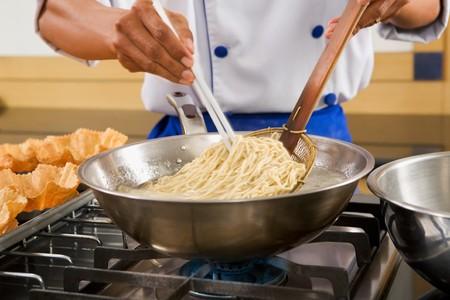 Chef-kok hand koken van de noddle. **** PS: merkbaar vervagen verkeer ****