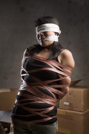 augenbinde: Eine junge Frau, gebunden-Up, blind gefaltet und in alte Zimmer stummgeschaltet. Niedrige Schl�sseleinstellung