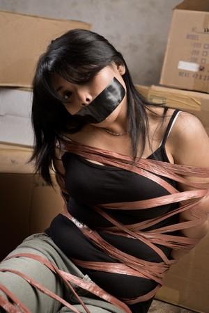 augenbinde: Eine junge Frau, gebunden-bis im alten Zimmer stummgeschaltet. Niedrige Schl�sseleinstellung  Lizenzfreie Bilder