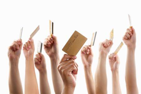 tarjeta de credito: Lote de manos de crianza y la celebraci�n de la tarjeta de cr�dito oro, sobre fondo blanco  Foto de archivo