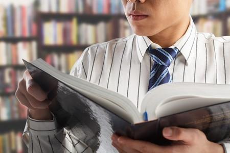 Unkenntlich Geschäftsmann oder Professor Lesung Journal für Daten in Bibliothek suchen Lizenzfreie Bilder - 7283407
