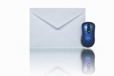 FOTO (geen afbeelding of 3D render) van envelop mail en kleine blauwe muis, schot tegen witte achtergrond Stockfoto - 7283680