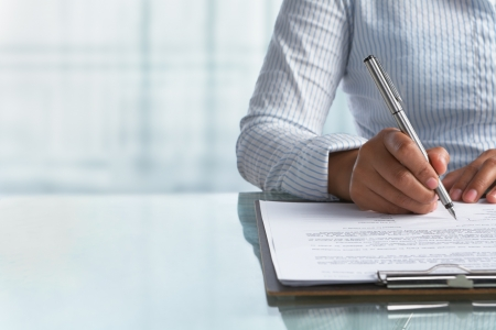firmando: Empresaria firma acuerdo de papel en la Oficina