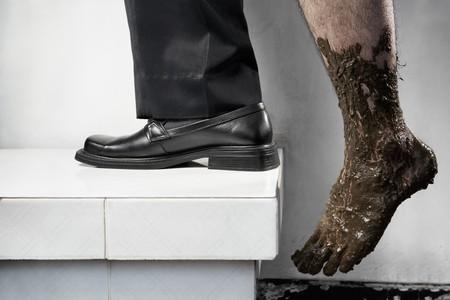 gente pobre: Concepto de �xito de los pobres a ser ricos, paso de una pierna desde abajo con lleno de barro y la otra pierna con atuendo de negocio. Piernas de una persona, sin composici�n