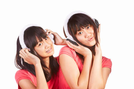 ni�as chinas: Dos ni�as chinas escuchando la m�sica a trav�s de auriculares