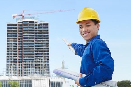 ingeniero civil: Mujer contratista o ingeniero civil busca en el proyecto bulding sobre los progresos Foto de archivo