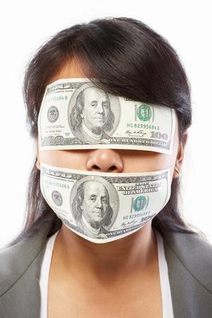 boca cerrada: Empresaria asiática con los ojos y la boca cerrada con billete de 100 dólares
