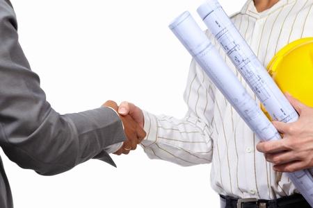 ingeniero civil: Apret�n de manos entre el ingeniero civil y empresaria, aisladas sobre fondo blanco Foto de archivo