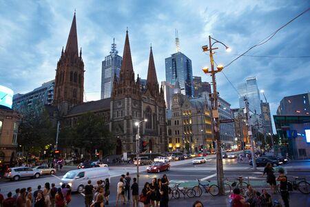 after to work: Melbourne, Australia - 6 de abril de 2012: Catedral de St.Paul 's y la sourround edificio que por la tarde despu�s de horas de trabajo