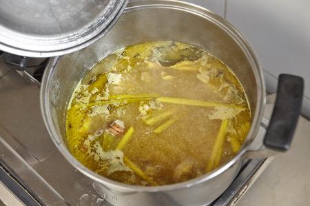 sopa de pollo: Sopa de caldo de pollo con hierbas y especias fuertes para Soto, la sopa de pollo tradicional de Indonesia