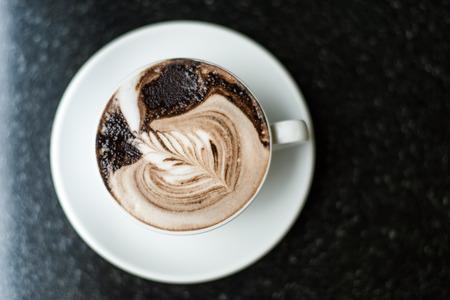 Kopje koffie op de zwarte achtergrond Stockfoto