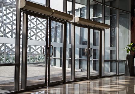 porte en verre de l'immeuble de bureaux.