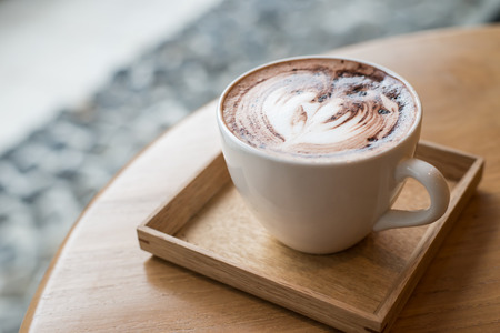 Kopje koffie op een houten tafel