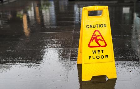 se�ales de seguridad: Firme mostrar la advertencia de piso mojado precauci�n