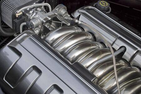 近代的な高性能内部燃焼エンジンのトップ ビュー