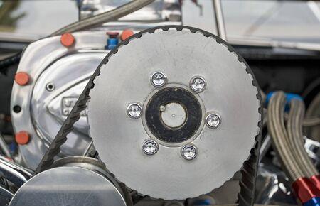 톱니 벨트가 장착 된 자동차 과급기 구동 풀리 스톡 콘텐츠