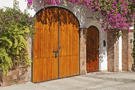 Oude stenen muur met deur in galicië spanje royalty vrije foto