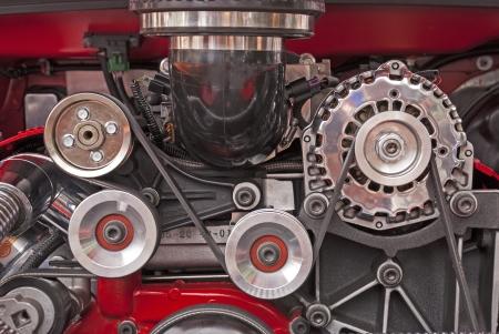 pulleys: Poleas del motor de accionamiento en un alto rendimiento de motor V-8 Foto de archivo