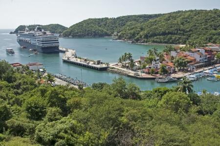 cruiseship: Puerto de Huatulco, con crucero, Oaxaca, M�xico, Oc�ano Pac�fico Foto de archivo