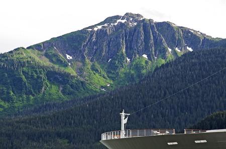 cruiseship: Vista parcial de Cruiseship arco con las monta�as de fondo, Ketchikan, Alaska Foto de archivo