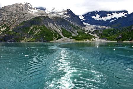 Gletsjer bergen met schip Stockfoto