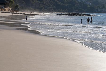bathers: Oceano Pacifico spiaggia con bagnanti, a sud di Puerto Vallarta, Messico