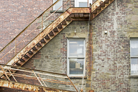 huir: Old metal fire escape staircase on brick wall