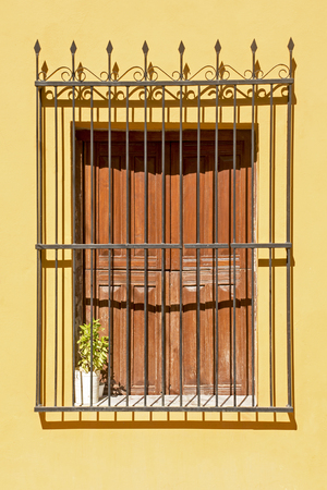Viejo, estilo colonial, ventana con reja de hierro forjado