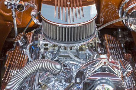 크롬 도금 부품이 장착 된 고성능 V8 자동차 엔진.
