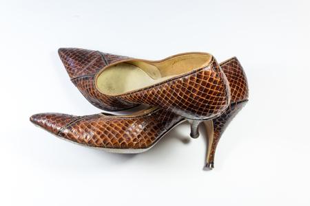 Samenstelling met bruine de slangenleerschoenen van vintage vrouwen, over andere, op wit, horizontaal aspect