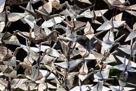 Lumière du soleil sur des grues en papier origami enfilées, vue très rapprochée, aspect horizontal Banque d'images