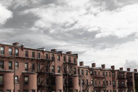 Cielo gris sombrío sobre la antigua casa adosada, viviendas urbanas de la ciudad, aspecto horizontal