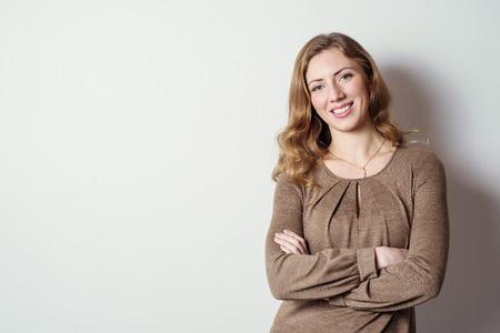 長い髪を持つ肯定的な若い女性の肖像画