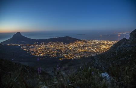 Die Stadt Schüssel von Kapstadt, Robben Island, wo Nelson Mandela diente Zeit und Lion s Head in der Nacht, kurz nachdem die Sonne unter