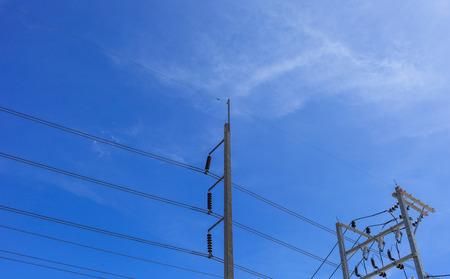 Machtspolen, machtslijnen met de blauwe hemel Stockfoto