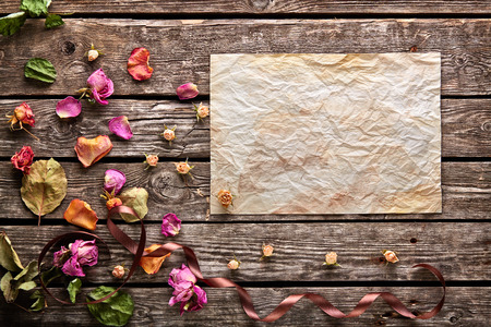 flores secas: Vacaciones de fondo abstracto con hoja en blanco del papel arrugado viejo en placas de madera de época. Con pétalos de rosa, cinta curvada, flores secas. Foto de archivo
