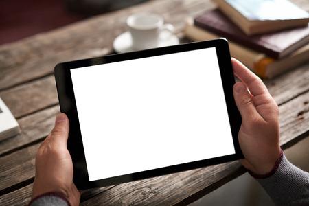 internet cafe: Ordenador tableta digital con pantalla aislado en manos de los hombres sobre el caf� de fondo - mesa, la taza de caf� ...