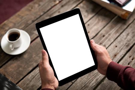 El hombre sostiene ordenador tableta digital en las manos. Primer plano sobre fondo café - mesa, la taza de café ... Foto de archivo - 46152139
