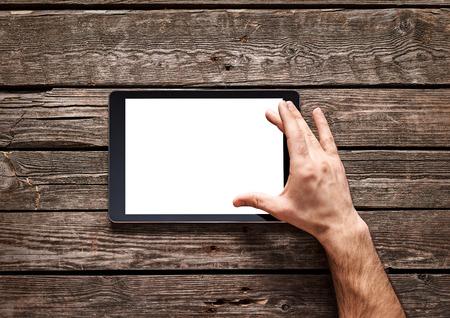 남자는 디지털 태블릿의 터치 스크린에 확산 제스처를 사용합니다. 스톡 콘텐츠
