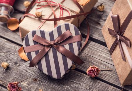 flores de cumpleaños: cajas de regalo de la vendimia en la madera vieja